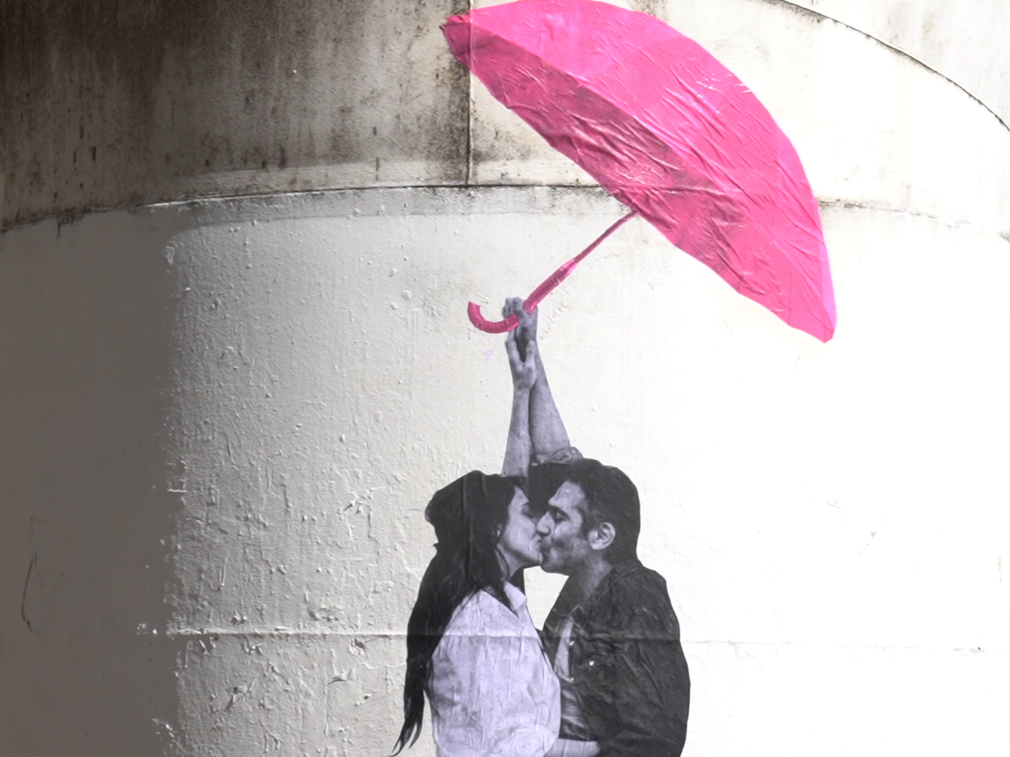 Street art collectif Le Mouvement collage photos parapluie